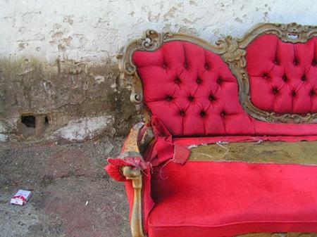różowa stara sofa typu antyk